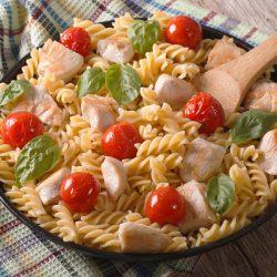 Макаронный салат с черри и курицей – оригинально и вкусно