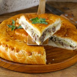 Домашний бабушкин пирог с мясом, картофелем и базиликом