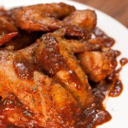 Запеченные куриные крылья в пикантном соусе